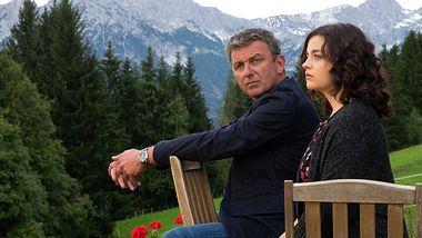 Hans Sigl als Dr. Martin Gruber und Ronja Forcher als Lilli Gruber in Der Bergdoktor. - Foto:  ZDF/Erika Hauri