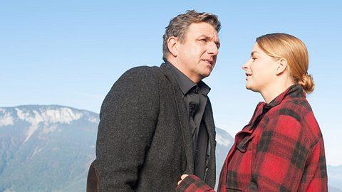 Bergdoktor Martin (Hans Sigl) mit Anne (Ines Lutz). - Foto: Stefanie Leo / ZDF