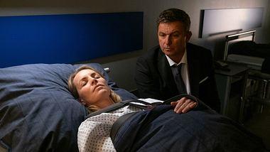 Hans Sigl als Martin Gruber am Krankenbett von Franziska (Simone Hanselmann) in Der Bergdoktor. - Foto:  ZDF/Erika Hauri