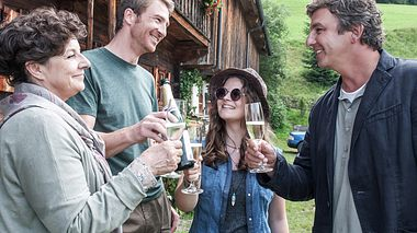 Der Bergdoktor kommt schon im Sommer zurück - Foto: ZDF/Stefanie Leo