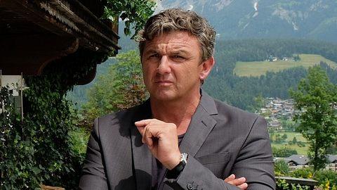 Bergdoktor Martin Gruber (Hans Sigl) kann sich für keine Frau entscheiden. - Foto: ZDF / Bernd Schuller