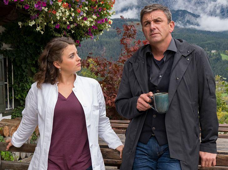 Lilli (Ronja Forcher) mischt sich in das Liebesleben von Martin (Hans Sigl) ein.