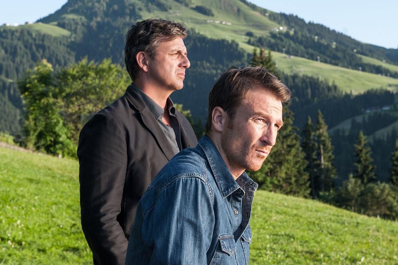 Hans Sigl und Heiko Ruprecht in einer Szene aus 'Der Bergdoktor'.