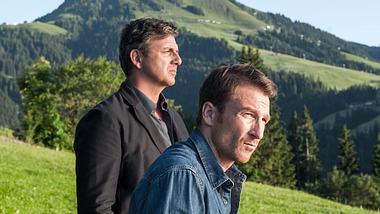 Hans Sigl und Heiko Ruprecht in einer Szene aus Der Bergdoktor. - Foto:  ZDF / Stefanie Leo