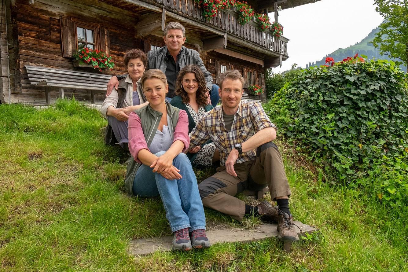 Der Hauptcast der beliebten Serie 'Der Bergdoktor': Lisbeth Gruber (Monika Baumgartner), Anna Meierling (Ines Lutz, Dr. Martin Gruber (Hans Sigl), Lilli Gruber (Ronja Forcher), Hans Gruber (Heiko Ruprecht).