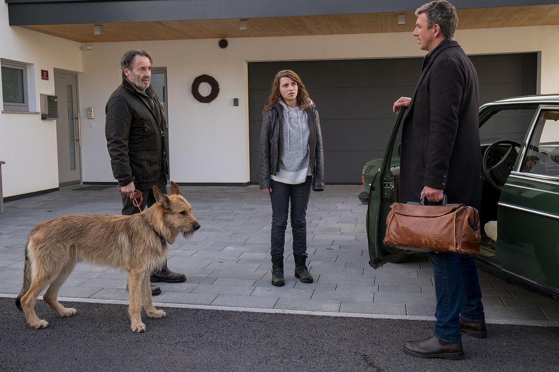 Johann Eichholz (Uwe Kockisch) im Gespräch mit Nachbarin  Maja Körner (Janina Fautz) und Bergdoktor Martin Gruber (Hans Sigl).