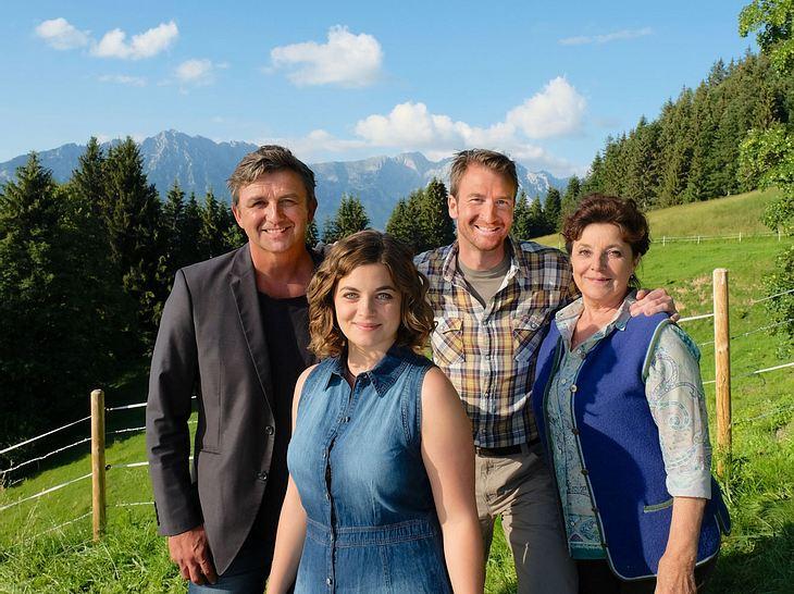 'Der Bergdoktor - Höhenangst': Auf einem alten Schlitten zieht Martin (Hans Sigl) Lisa (Henriette Richter-Röhl) ins Tal.
