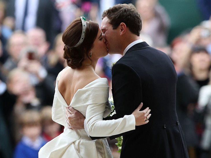 Hochzeit von Prinzessin Eugenie: Das Paar küsst sich