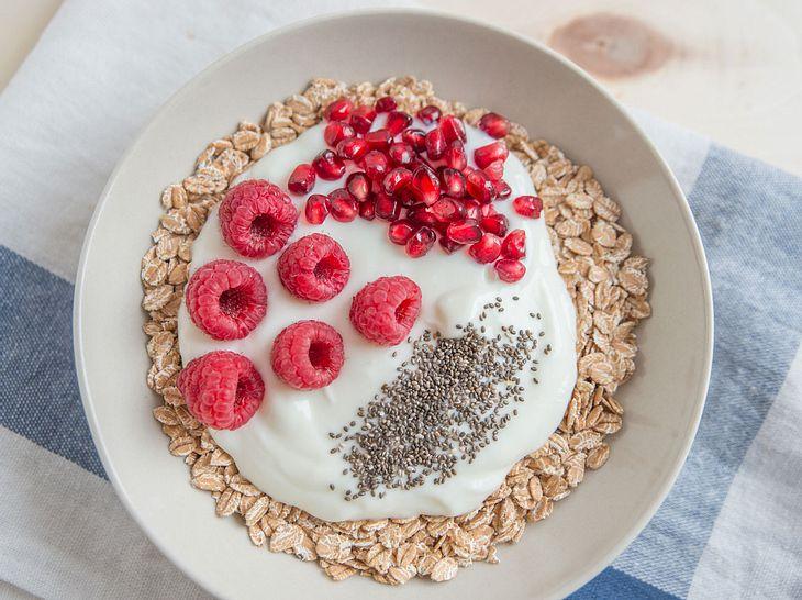 Abnehm-Joghurt mit Chiasamen, Granatapfelkernen und Gerstenflocken