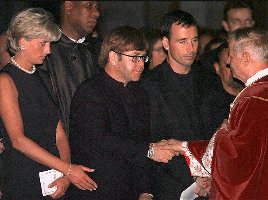 Elton John und Diana bei der Beerdigung von Gianni Versace.