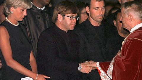 Elton John und Diana bei der Beerdigung von Gianni Versace.  - Foto: GERARD JULIEN/AFP/Getty Images