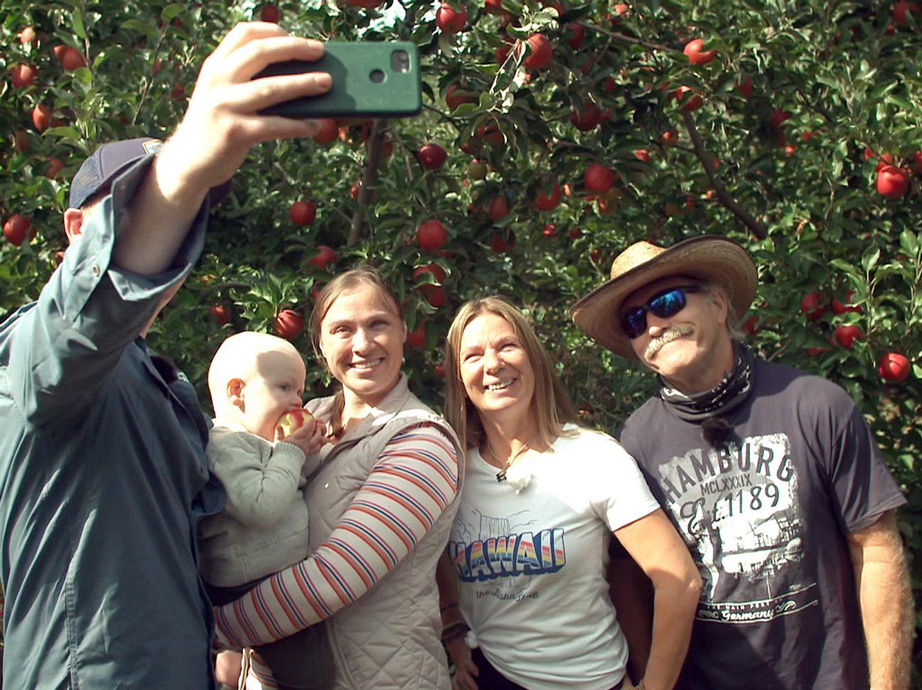 Manuel und Konny Reimann mit Tochter Janina, Enkel Charly und Schwiegersohn Coleman.