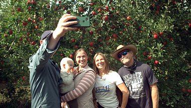 Manuel und Konny Reimann mit Tochter Janina, Enkel Charly und Schwiegersohn Coleman.  - Foto: RTL II