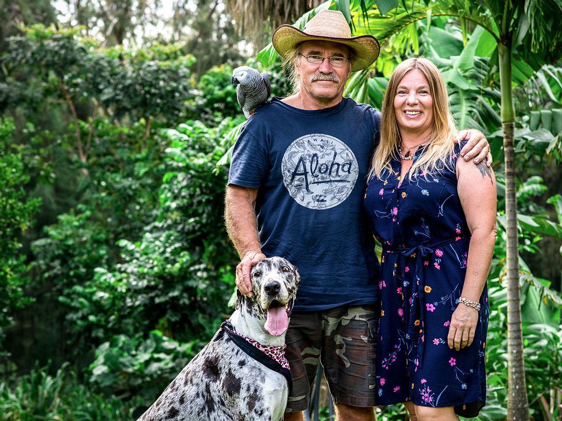 Manuela und Konny Reimann mit Hund Phoebe und Papagei Erwin.