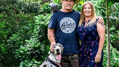Manuela und Konny Reimann mit Hund Phoebe und Papagei Erwin. - Foto: RTL II