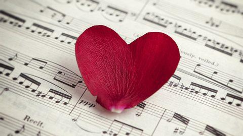 Liebeslieder auf Deutsch: Vier schöne Beispiele - Foto: Creativeye99 / iStock