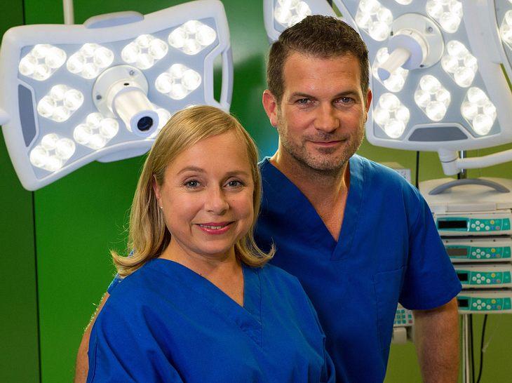 Dr. Valerie Klein (ChrisTine Urspruch) und Dr. Benno Haas (Simon Böer).