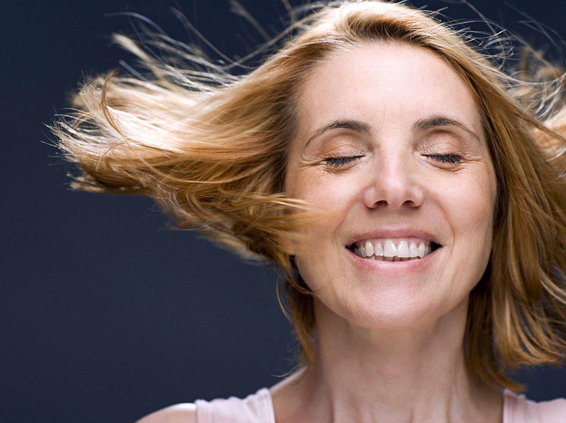 Wie Sie dünnes Haar fülliger aussehen lassen.
