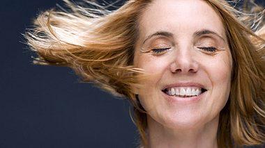 Wie Sie dünnes Haar fülliger aussehen lassen. - Foto: Image Source / iStock