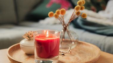 Duftkerze auf Holztablett - Foto: iStock/knape