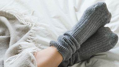Kalte Füße können auf eine schlechte Durchblutung hindeuten. - Foto: locknloadlabrador / iStock