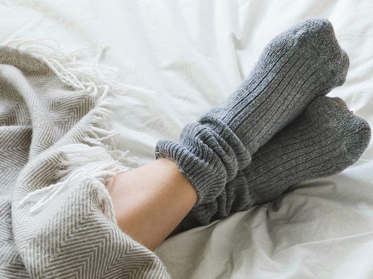 Kalte Füße können auf eine schlechte Durchblutung hindeuten.