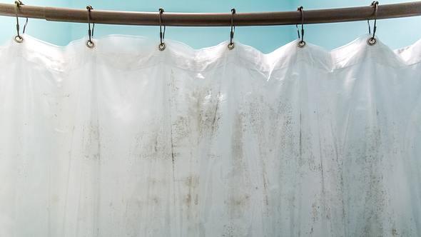 Auf einem weißen Duschvorhang haben sich Verfärbungen gebildet. - Foto: iStock / ucpage
