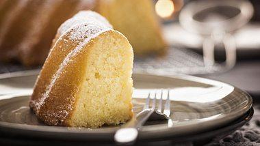 Das Rezept für saftigen Eierlikörkuchen. - Foto: GMVozd / iStock