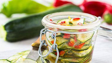 So bereiten Sie eingelegte Zucchini zu