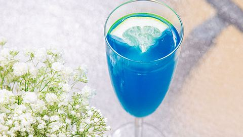 Eisbonbon-Likör selber machen: Rezept für den blauen Schnaps