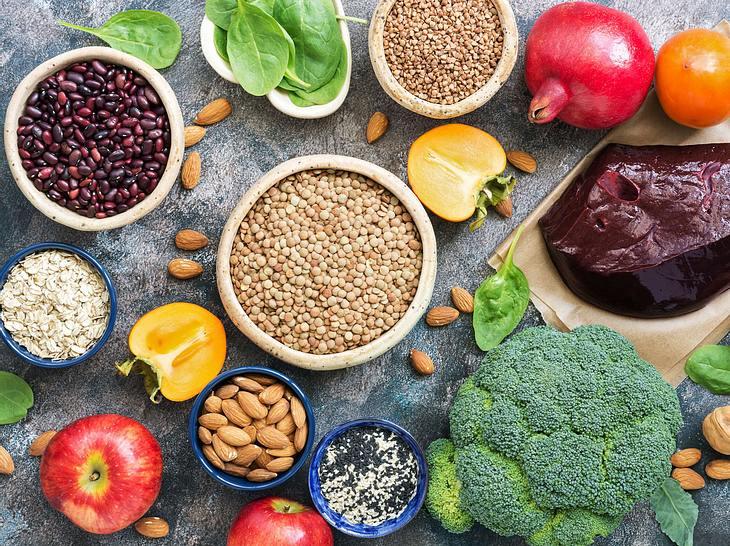 Die richtige Ernährung kann helfen, Eisenmangel auszugleichen.