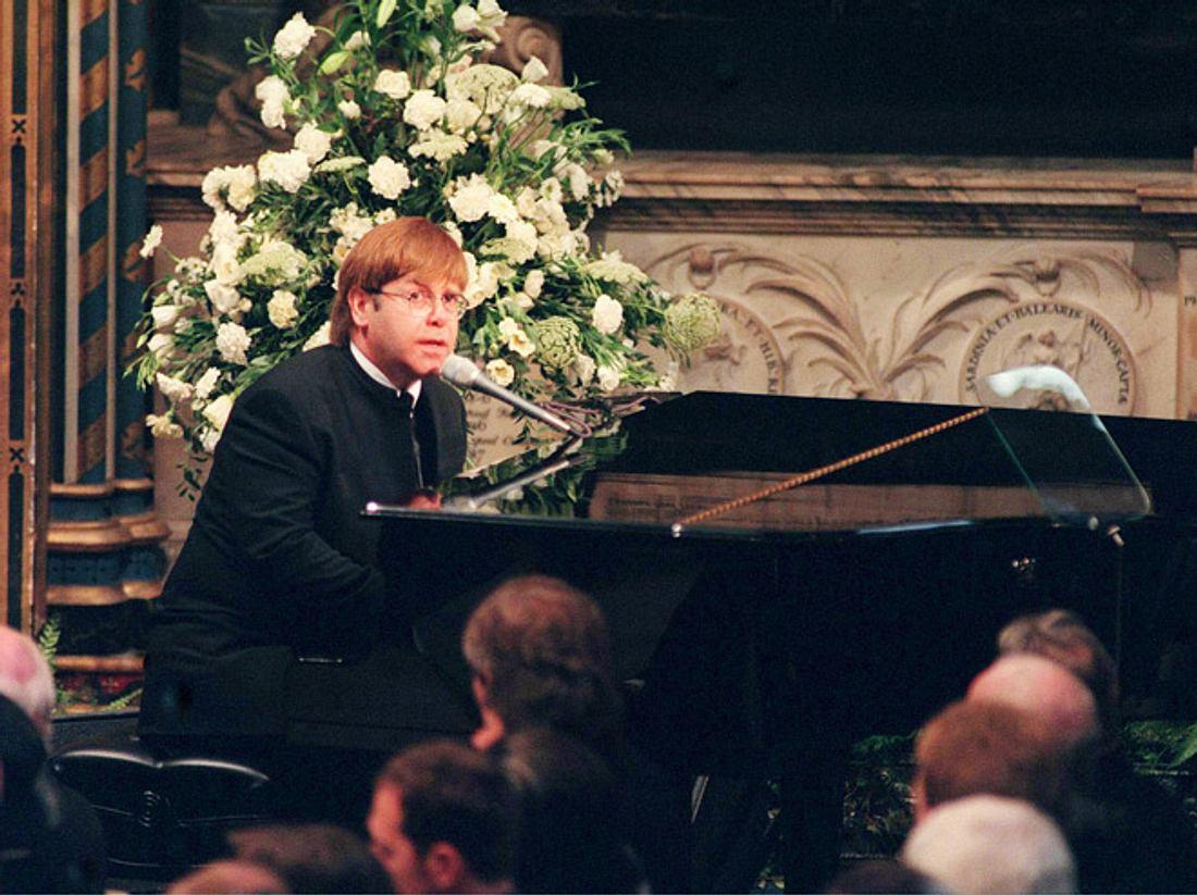 Elton John singt bei der Beerdigung von Prinzessin Diana 1997.