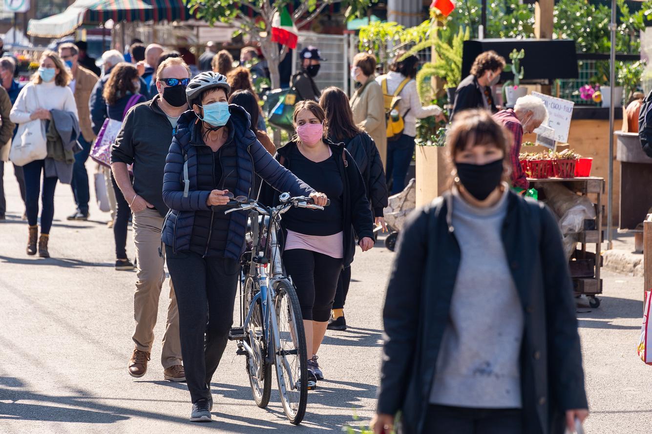 Menschen tragen in einer Fußgängerzone einen Mund-Nasen-Schutz.
