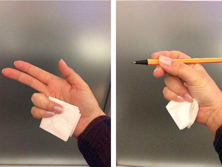 Ein Taschentuch zum Schreibenlernen umfunktionieren.