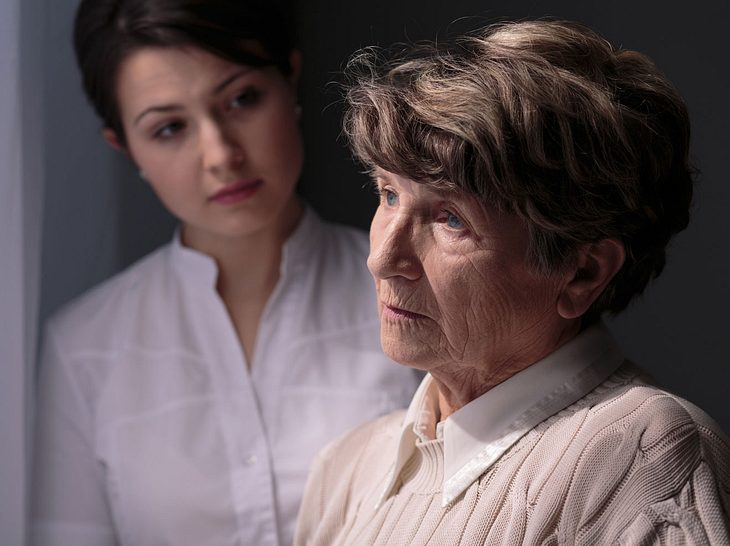 Entmündigen oder liebevoll Rat geben: Angehörige richtig ansprechen