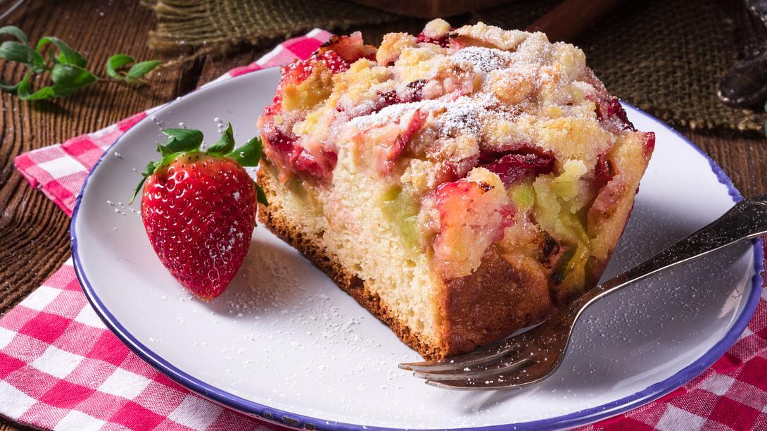 Ein echter Klassiker: Erdbeer-Rhabarber-Kuchen mit Streuseln. - Foto: iStock/ Dar1930