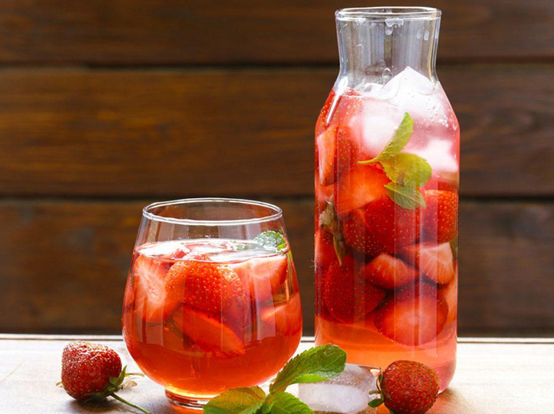 Erdbeerbowle: Das Rezept für Ihre Gartenparty