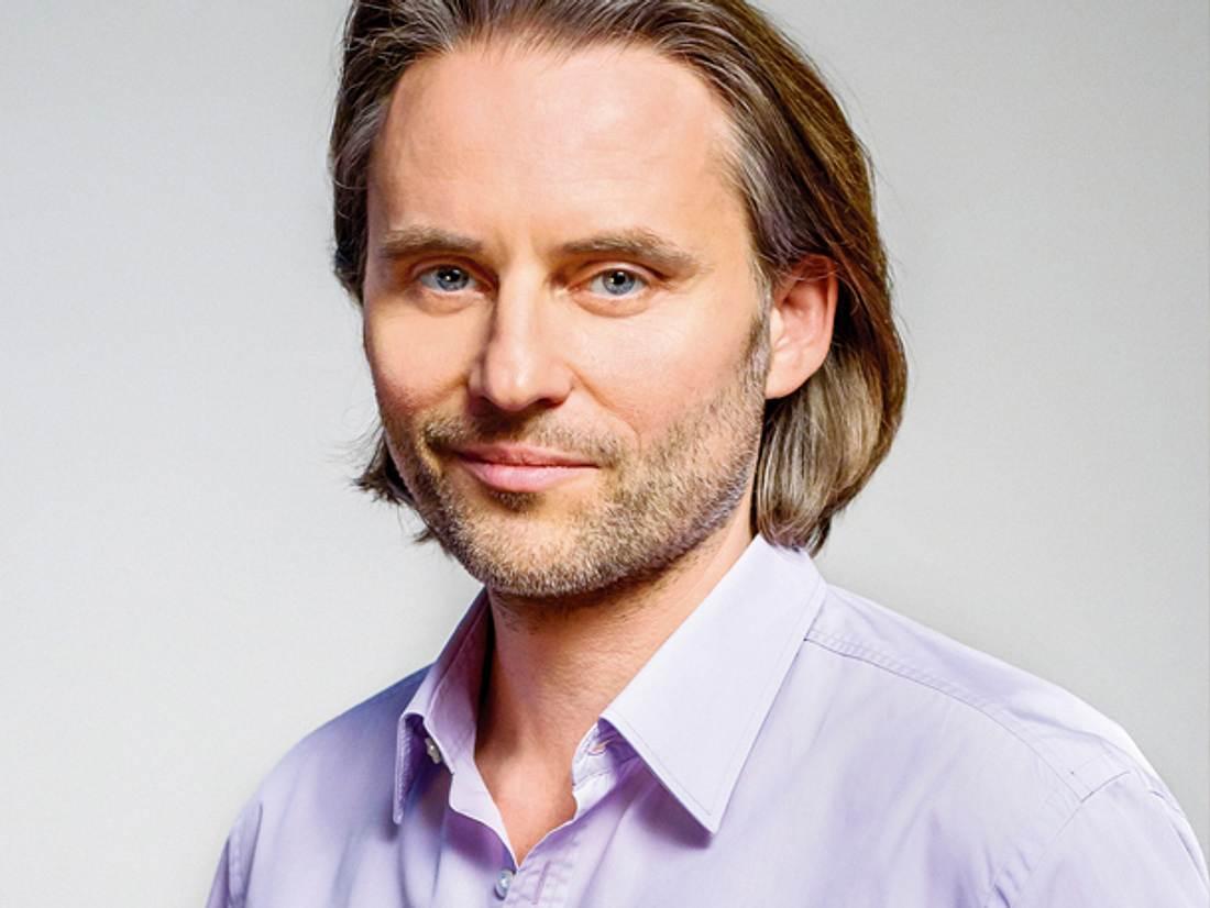 Erich Altenkopf spielt Dr. Michael Niederbühl in 'Sturm der Liebe'.
