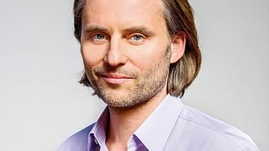 Erich Altenkopf spielt Dr. Michael Niederbühl in Sturm der Liebe. - Foto: ARD/Christof Arnold