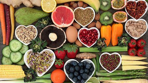 Gesunde Lebensmittel: Gemüse und Obst - Foto: marilyna / iStock
