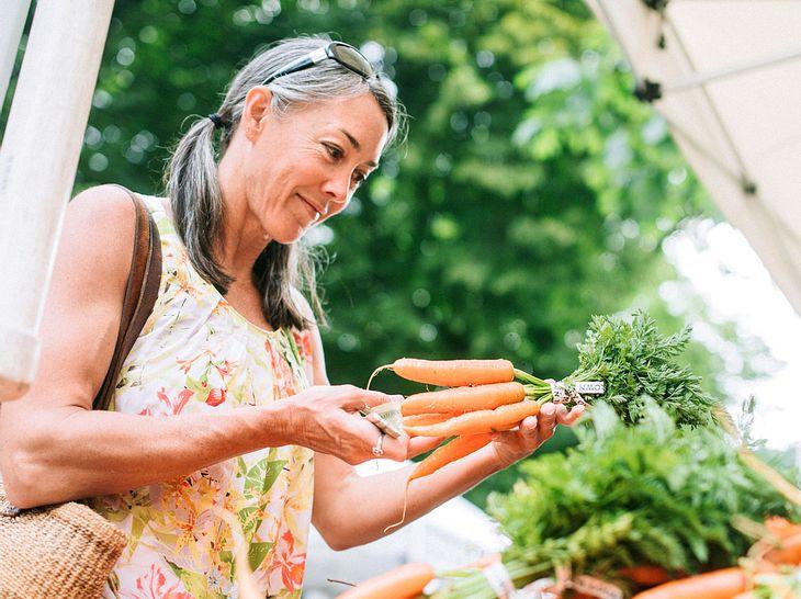 Worauf sollte man bei der Ernährung nach den Wechseljahren achten?