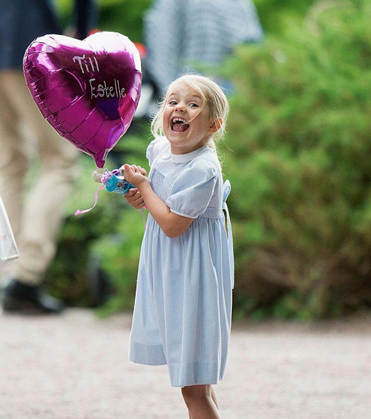 Estelle von Schweden mit einem Luftballon in der Hand.