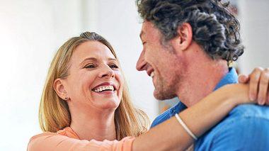 Das Geheimnis ewiger Liebe liegt im gemeinsamen Lachen. - Foto: PeopleImages / iStock