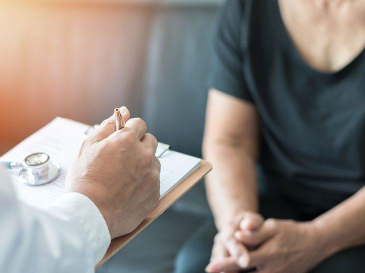 Einen Termin beim Facharzt zu bekommen kann lange dauern.