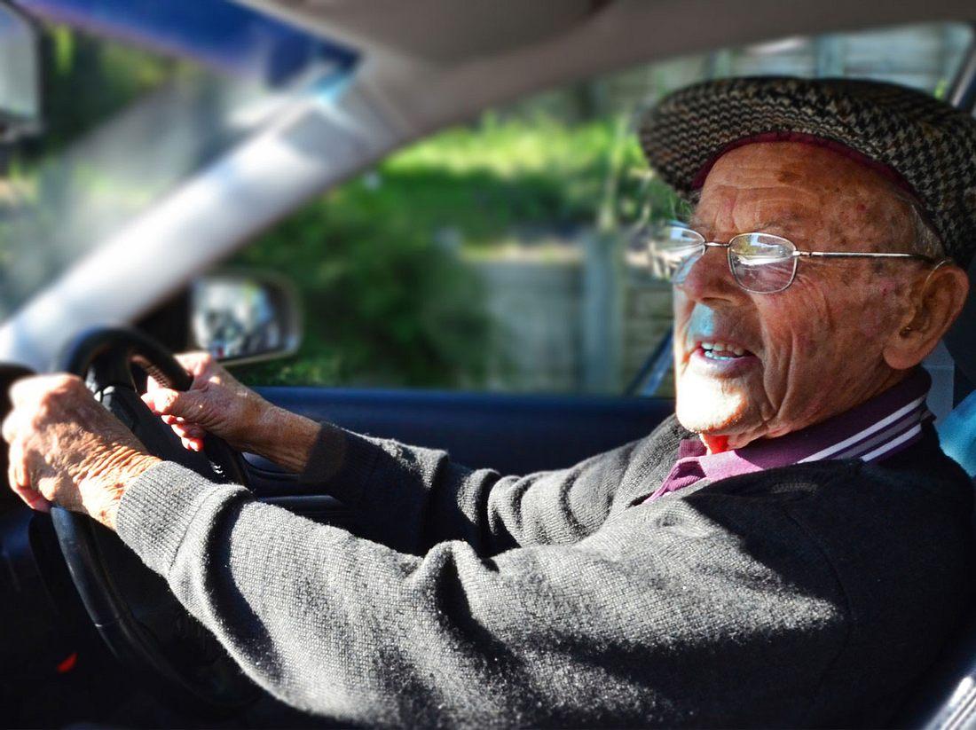 Älterer Herr im Straßenverkehr