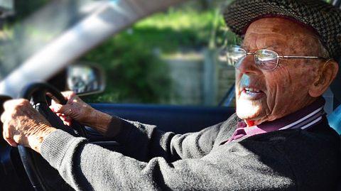 Älterer Herr im Straßenverkehr - Foto: chameleonseye / iStock