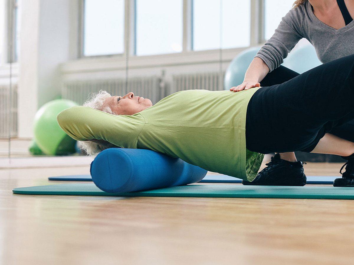 Faszientraining für den Rücken: Wie Sie Schmerzen einfach wegrollen