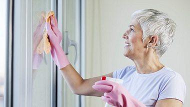 So putzen Sie Fenster streifenfrei