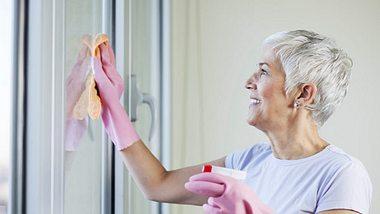 Um Fenster streifenfrei zu putzen, sollten Sie einige Tipps beachten. - Foto: Vesna Andjic / iStock