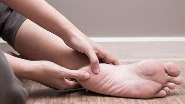 Schmerzhafte Angelegenheit: Der Fersensporn. - Foto: catinsyrup / iStock